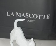 Statue origami chat blanc s'etire